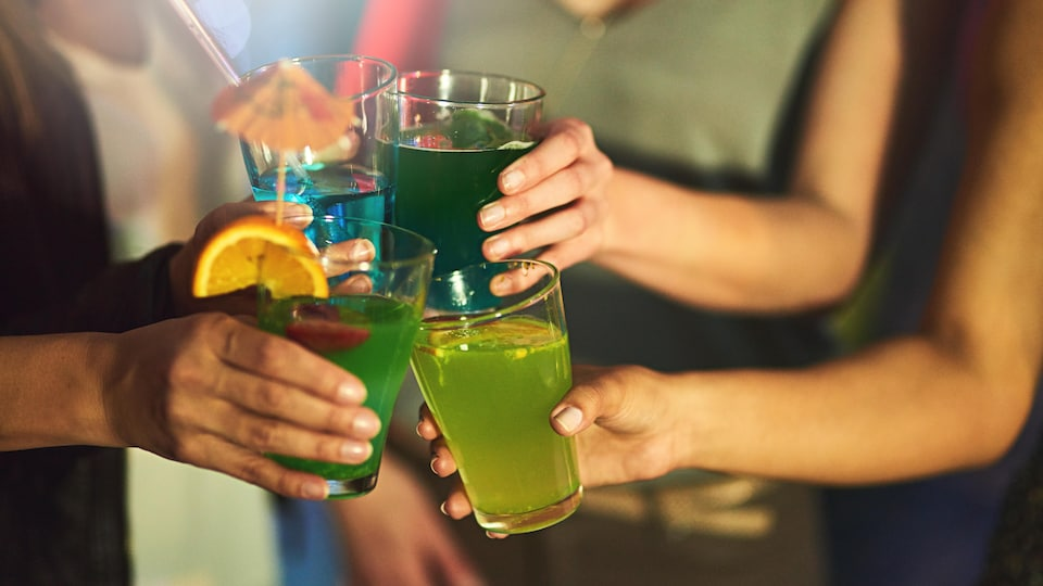 Groupe de femmes avec des cocktails.