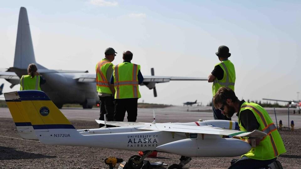 Un technicien fait des vérifications sur un drone.