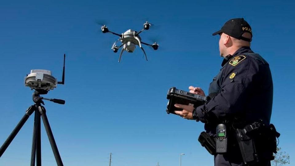 Un policier de la police provinciale de l'Ontario pilote un drone.