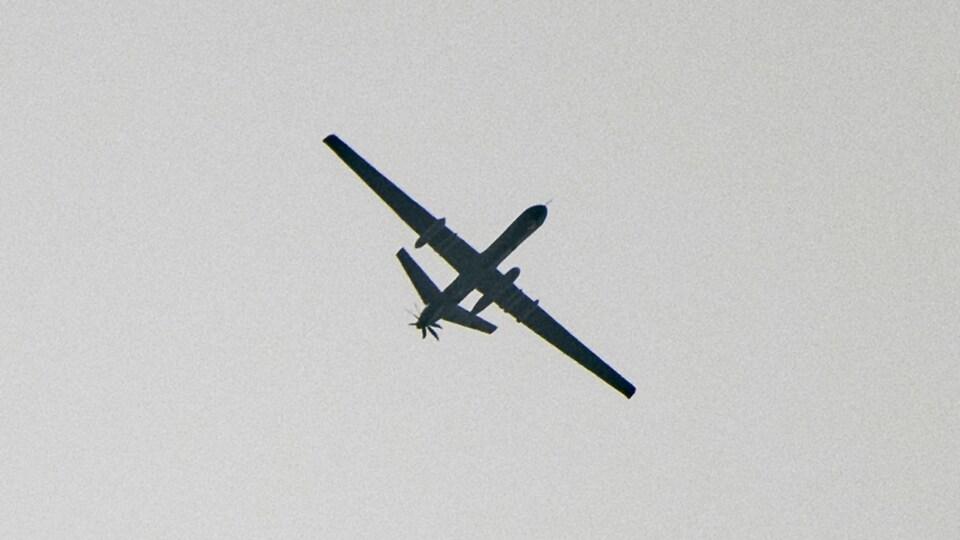 Un drone turc transportant des missiles survole le nord de la Syrie près de la frontière de la Turquie.
