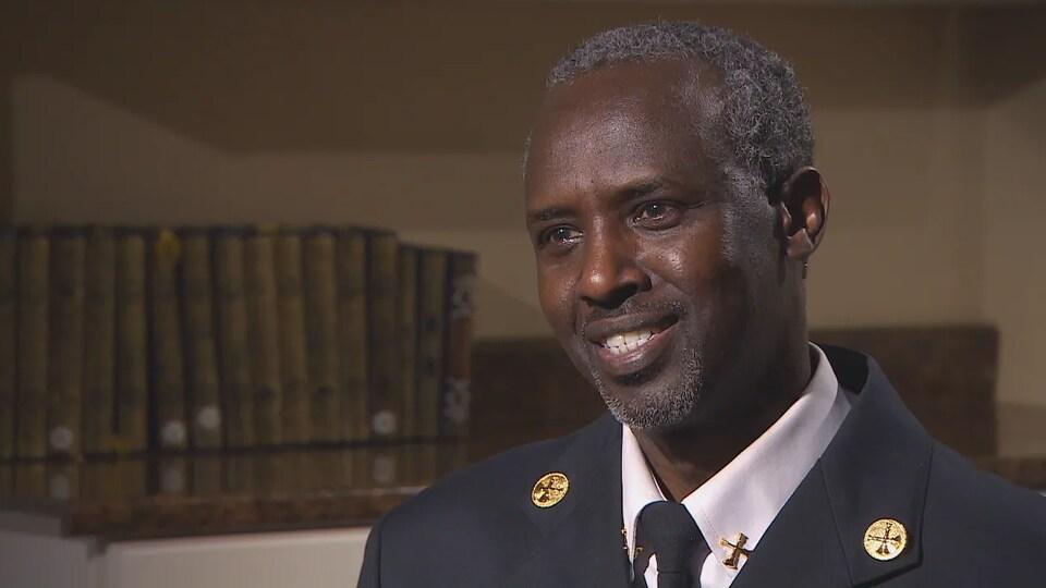 Ali Duale interviewé dans un bureau.