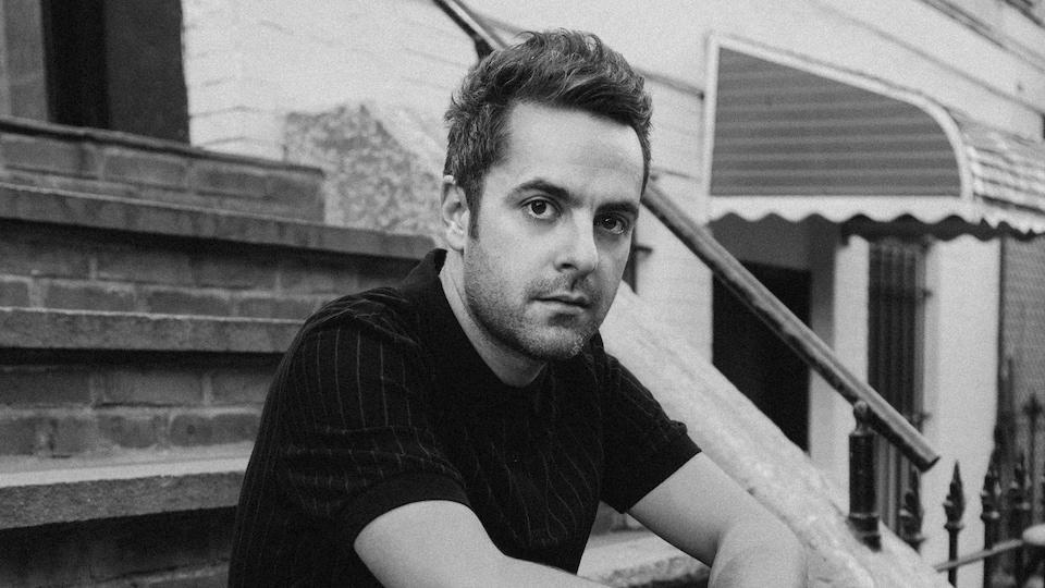 Le chanteur Dumas prend la pose dans des escaliers de la ville pour son dernier album, Nos idéaux.