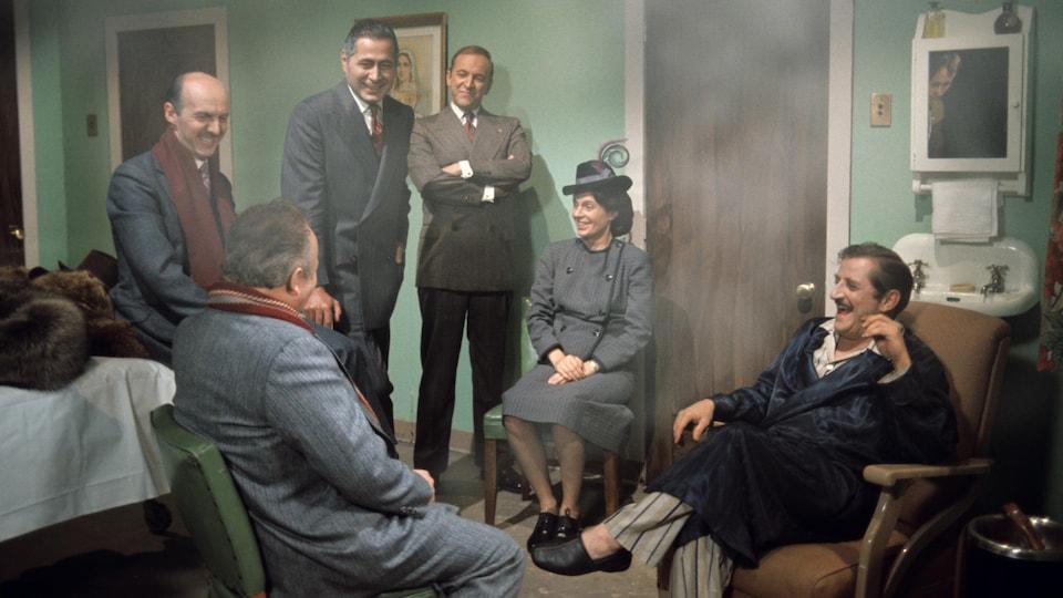 Chambre d'hôpital enfumée avec Maurice Duplessis (Jean Lapointe), cigarette aux doigts, qui reçoit ses amis et collègues John Bourque (Claude Grisé), Gérald Martineau (Donald Pilon), Jos D. Bégin (Marcel Sabourin), Auréa Cloutier (Patricia Nolin) et Antonio Elie (Guy L'Écuyer).