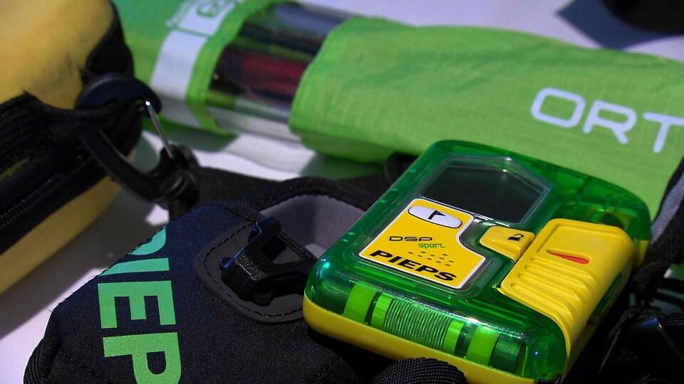 Un DVA est une petite boîte verte munie de boutons jaunes qu'on attache sur soi, sous son manteau.