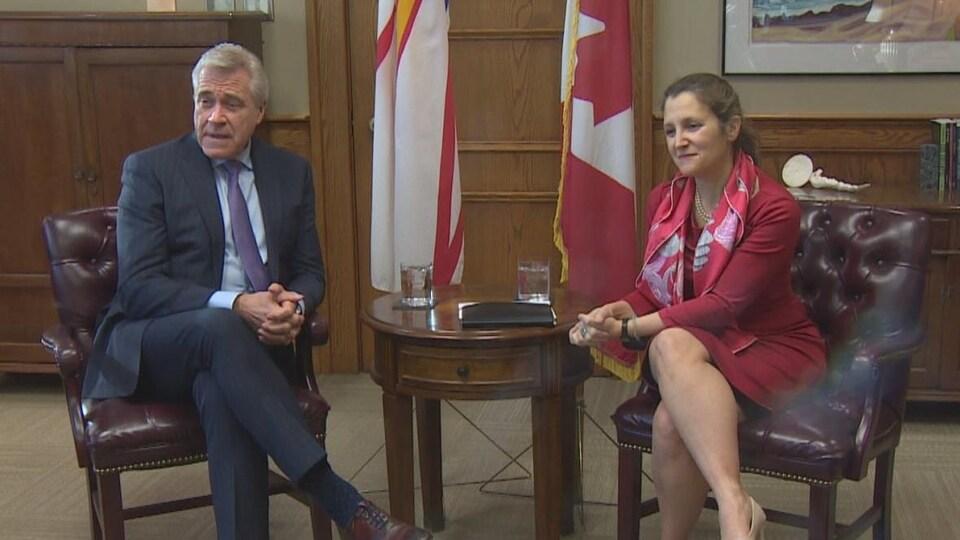 Dwight Ball, premier ministre de Terre-Neuve-et-Labrador, et Chrystia Freeland, vice-première ministre du Canada.