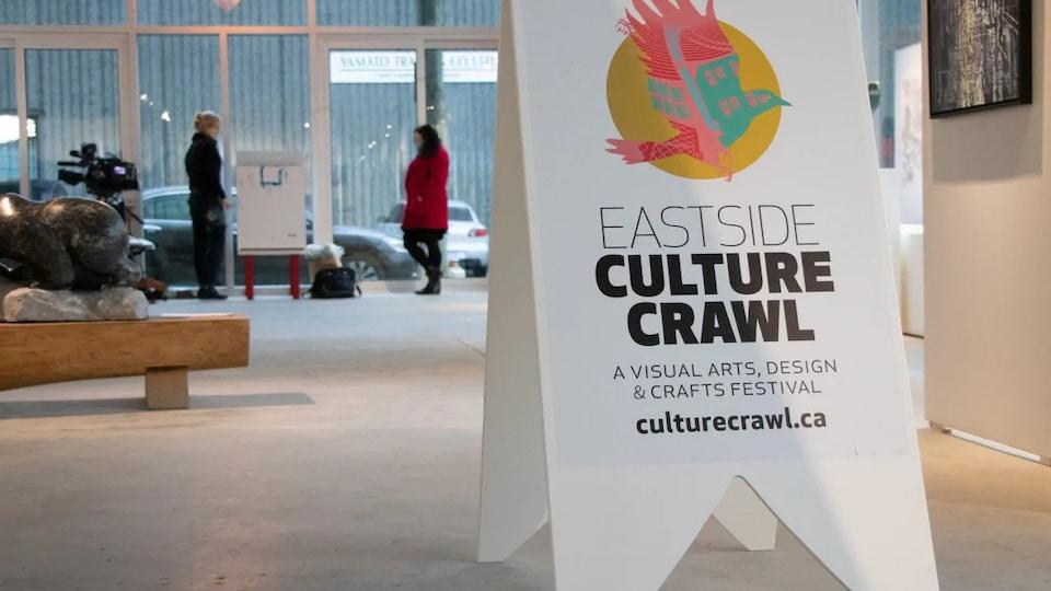 Une affiche de l'Eastside Culture Crawl dans une gallerie d'art.