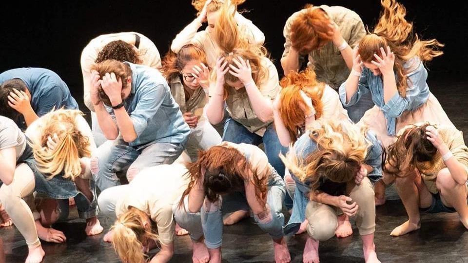 Des jeunes exécutent un numéro de danse.