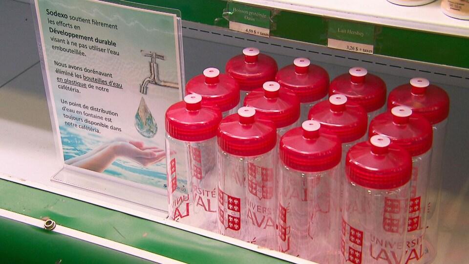 Des bouteilles d'eau réutilisables