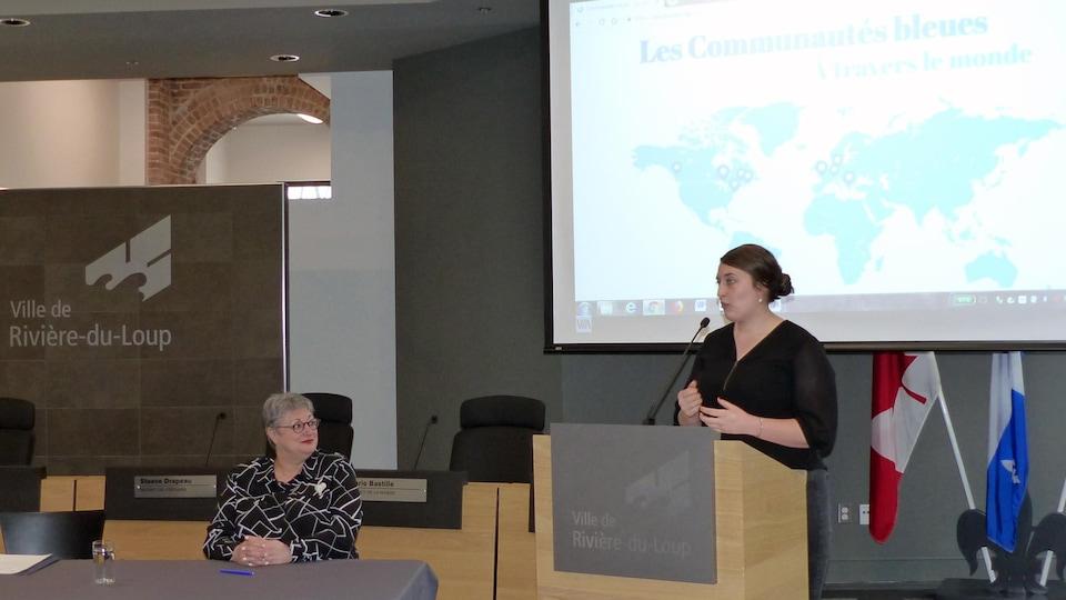 La mairesse de Rivière-du-Loup, Sylvie Vignet, écoute la directrice générale du groupe Eau Secours, Alice-Anne Simard, lors de la désignation de sa ville comme une «communauté bleue»