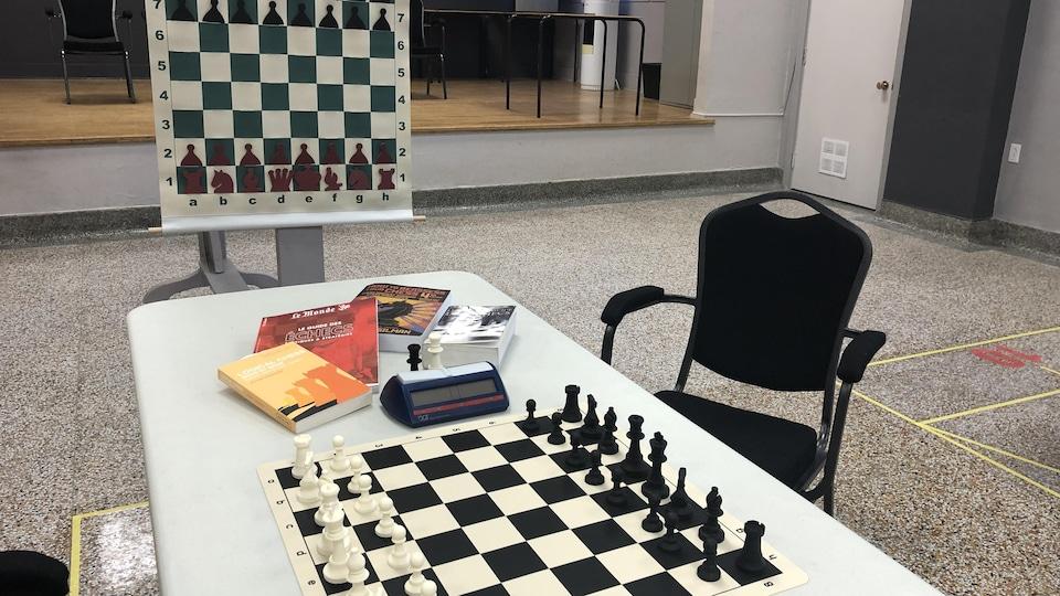 Une table avec un jeu d'échecs ainsi qu'un étendard d'échecs.
