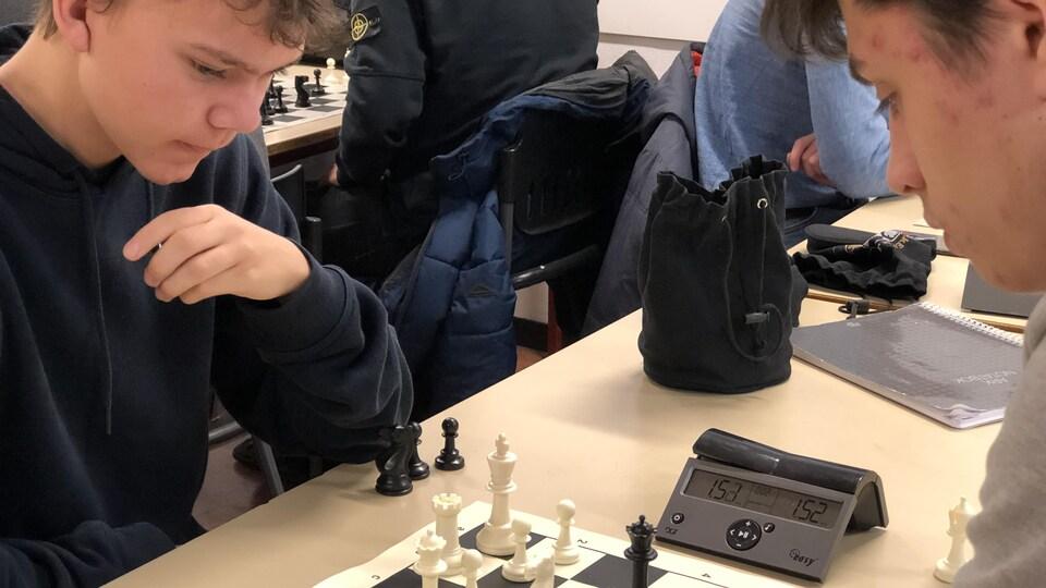 Deux joueurs d'échecs s'affrontent.