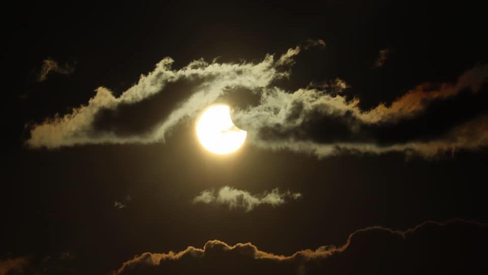 Une éclipse à travers les nuages.