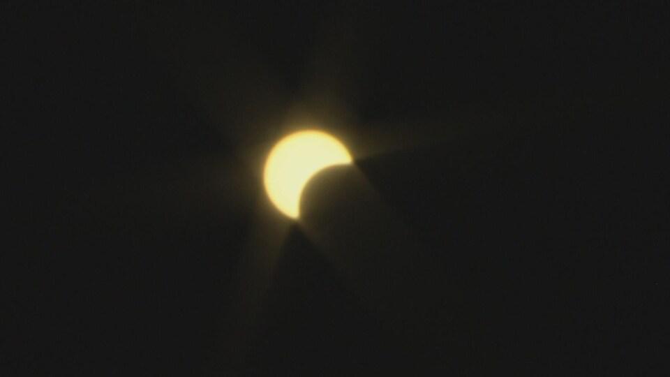 La Lune passe devant le Soleil, donnant à ce dernier l'aspect d'un croissant.