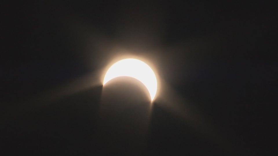 La Lune couvre une partie du Soleil.