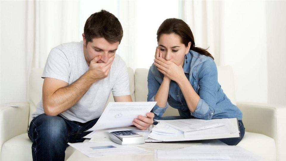 Un couple inquiet devant un compte à payer.