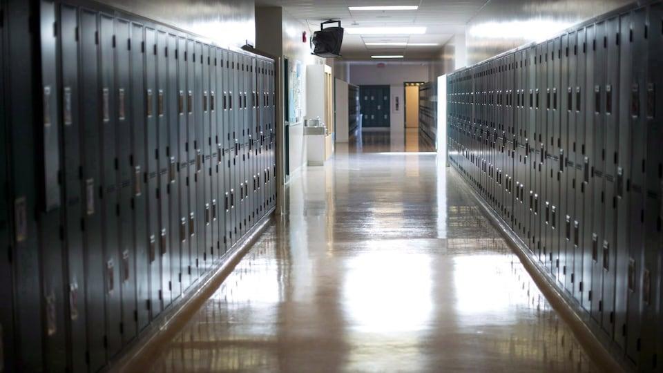 Un couloir d'école vide.