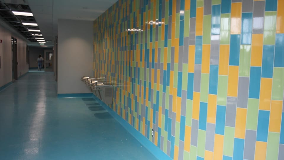 Des fontaines à eau dans le couloir d'une école à Gatineau.