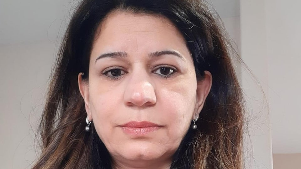 Badrieh Kojok sourit à la caméra.