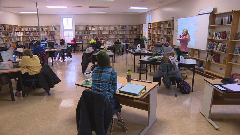 Plusieurs élèves étudient dans une salle de cours.