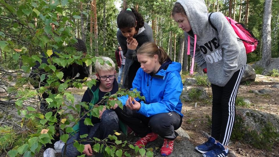 Enseignante à l'école Kirsti d'Espoo, Anniina Hakkarainen associe biologie, mathématiques, pensée logique et cours de langue finnoise aux journée de classe passées en plein air.