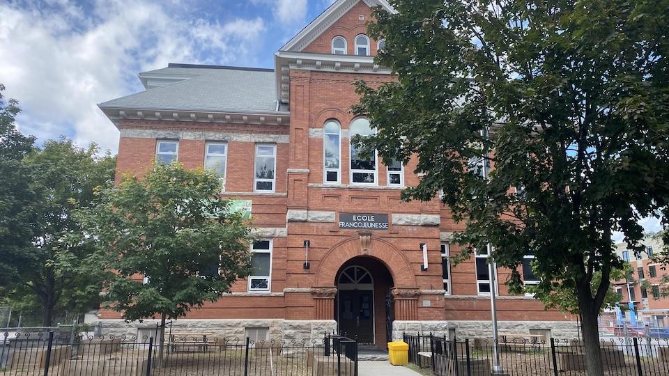 Façade d'une école à Ottawa.