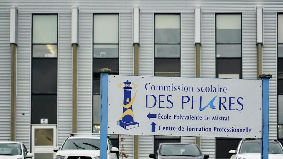 Une affiche où on peut lire «Commission scolaire des Phares - École polyvalente Le Mistral».