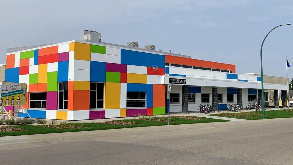 Le revêtement extérieur de l'école est fait de plaques de très nombreuses couleurs.