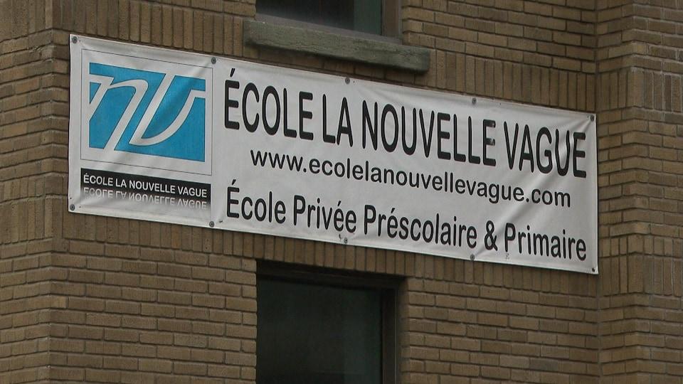 Enseigne de l'école La Nouvelle Vague.