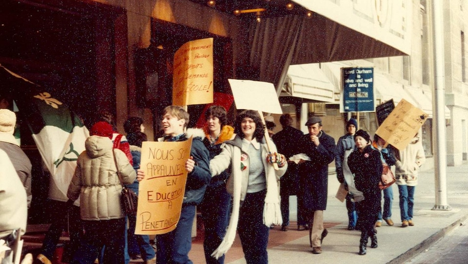 Des élèves manifestent et brandissent des pancartes dénonçant le manque d'éducation en français à Penetanguishene.
