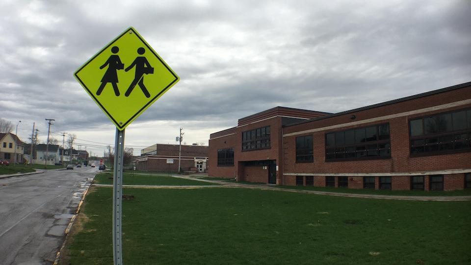 Affiche de passage piétonnier devant l'école secondaire Riverside.