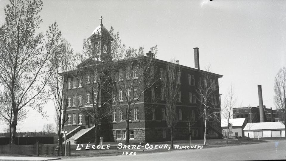 Extérieur de l'école en 1950