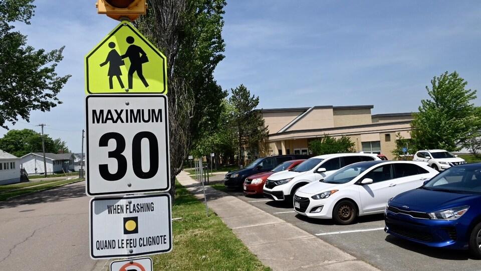 Affiche pour ralentir la circulation devant l'école Saint-Henri à Moncton au Nouveau-Brunswick.