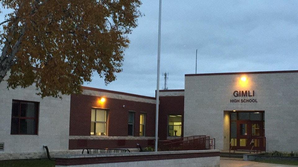 L'École secondaire Gimli portant l'inscription « Gimli High School ».