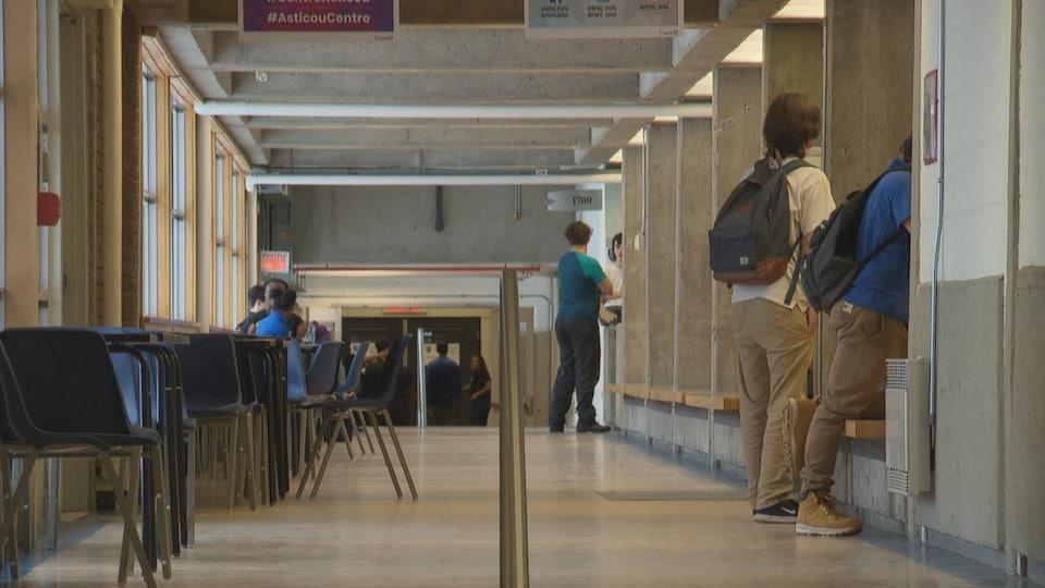 Des élèves dans un couloir d'école.