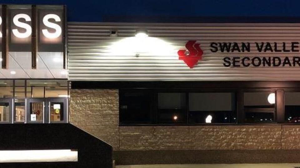 Devanture de l'école secondaire régionale Swan Valley.
