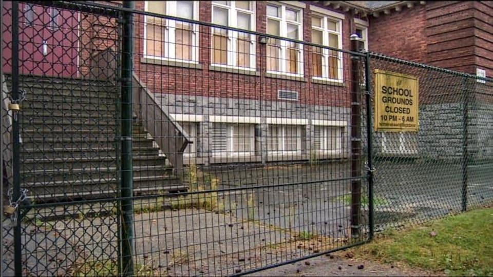 L'école primaire Strathcona derrière une clôture.