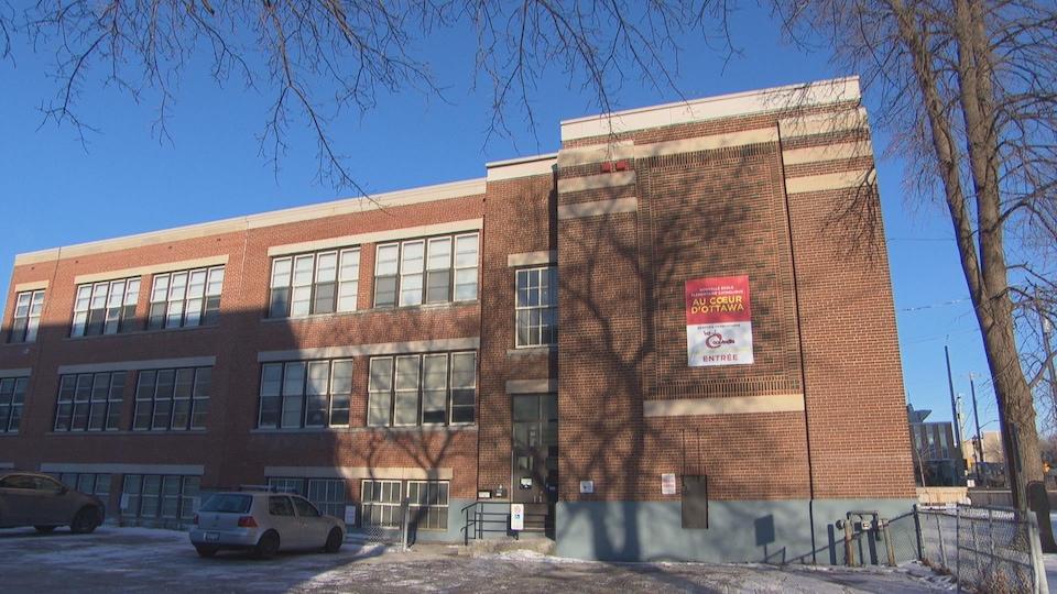 École en briques brunes en hiver.