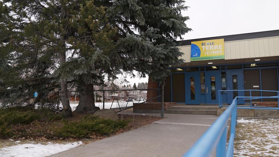 Vue extérieur de l'École Terre des jeunes.