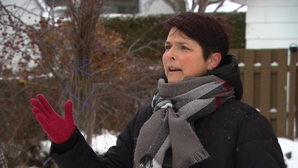 Catherine Bouillon s'exprime en entrevue. Elle est à l'extérieur en hiver.