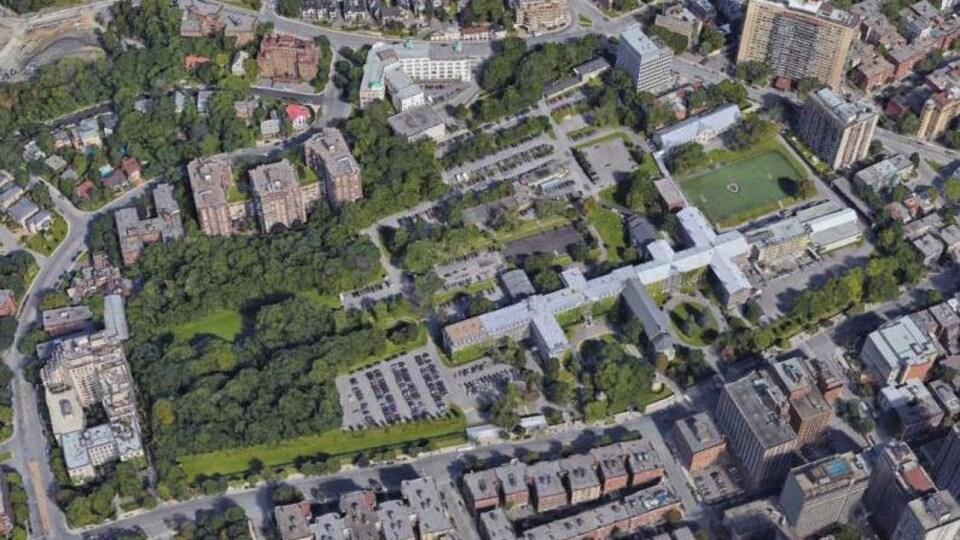 Une vue aérienne du Grand Séminaire de Montréal. Le terrain réservé pour construire une école primaire est situé dans le stationnement arrière du bâtiment.