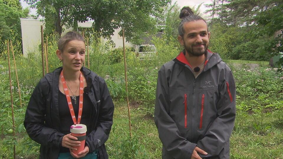 Élisabeth Gagnon-Brûlé et Antoine Le Blet devant un jardin communautaire.