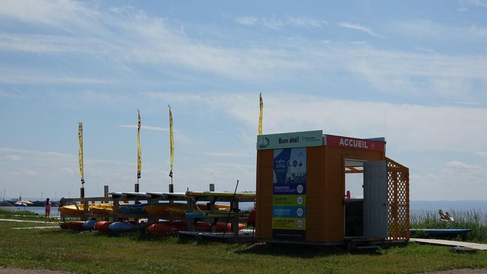 La petite bâtisse où les locations d'embarcations se font est déserte. À côté, des embarcations sont rangées.