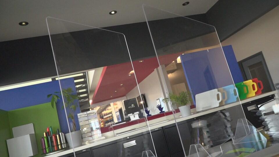 La demande d'écrans protecteurs en acrylique chez le fabricant PolyAlto a explosée. L'entreprise reçoit près de 300 appels par jours de commerçants qui se préparent à la réouverture, lundi.