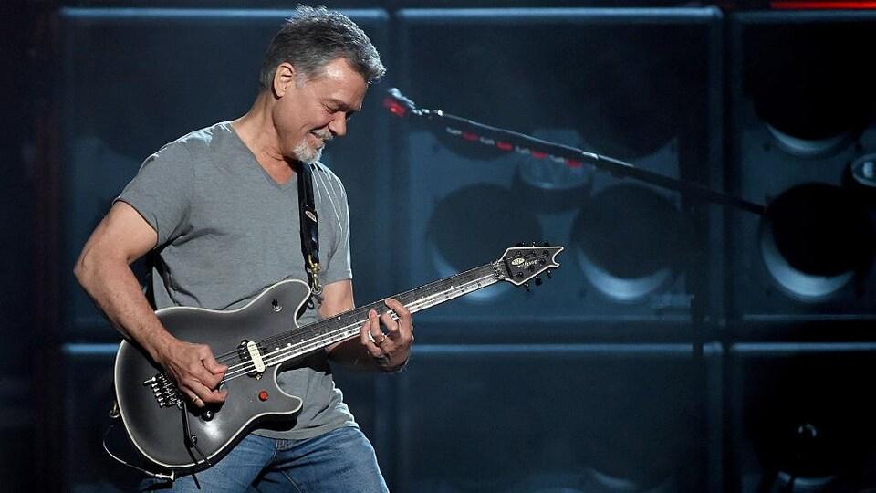Le musicien joue de la guitare.