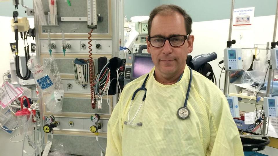 Le docteur Eddy Lang est responsable des urgences à Calgary.