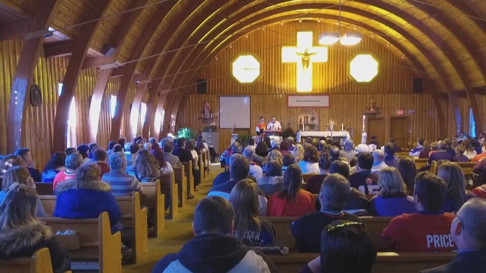 Des gens dans une église.