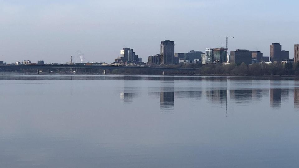 Une vue des édifices du centre-ville de Gatineau sur la rivière des Outaouais.