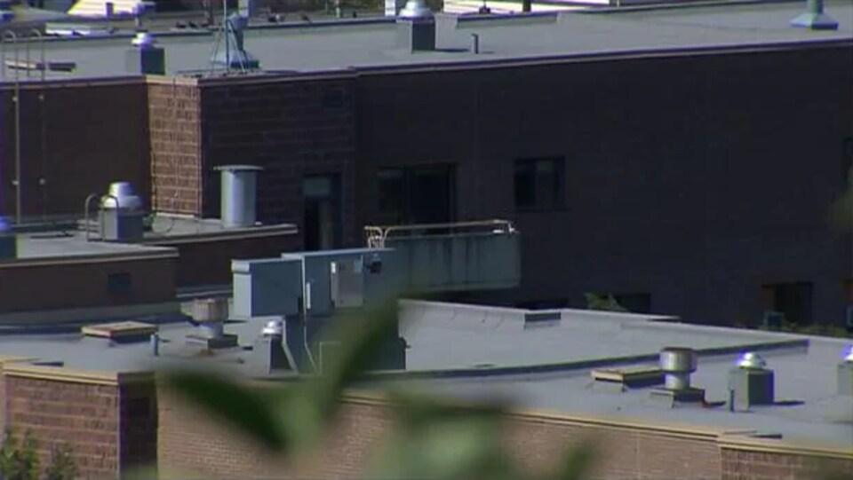 Des climatiseurs sur les toits d'édifices