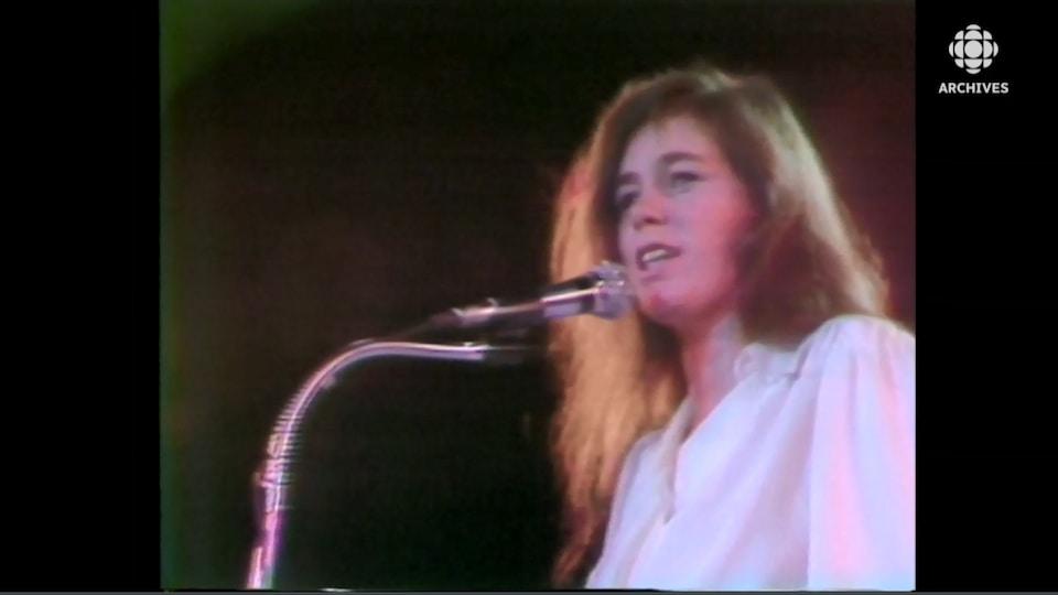 Édith Butler qui chante au micro.