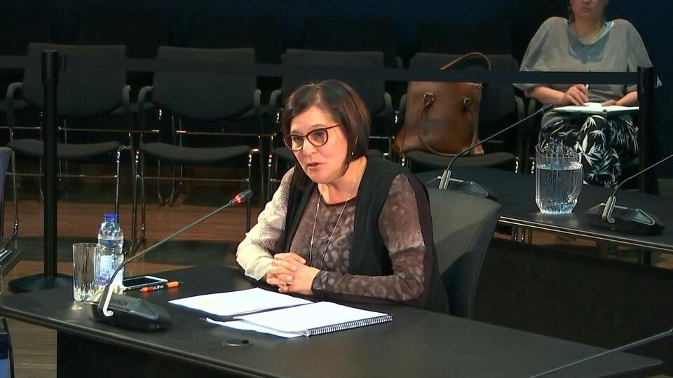 Édith Cloutier témoigne lors d'une commission d'enquête.